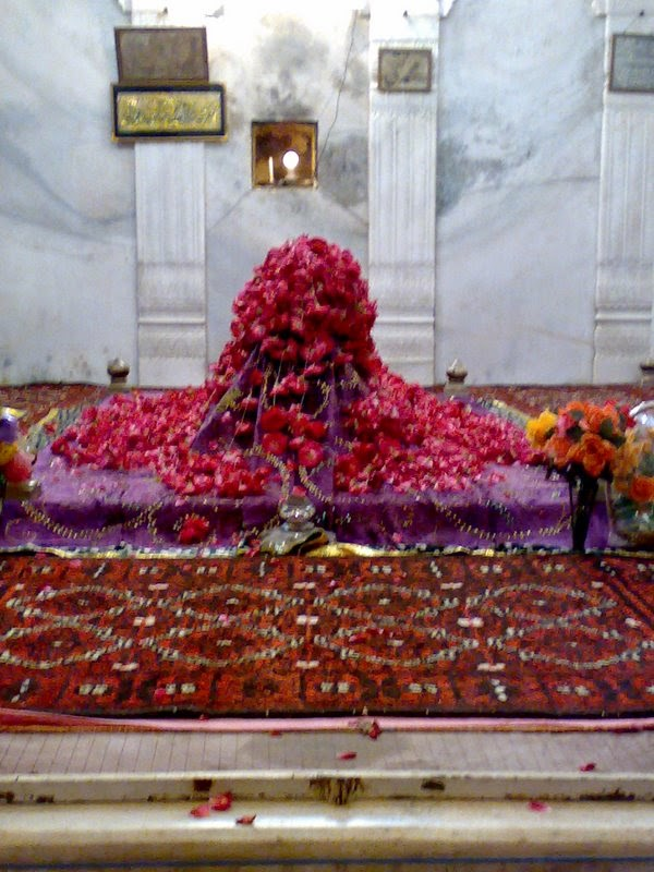 Tomb - Shrine of : Qutb-e-Aalam Madaar-e-Aazam Niyaz be Niyaz Hazrat Qibla Shah Niyaz Ahmed Alvi Barelvi Qadri Chisti Soharwardi Naqshbandi Nizami Sabri Faqri (R.A.)